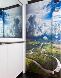 Ascensore con paesaggio naturale sulle pareti della cabina