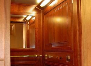 Dettaglio di un ascensore con cabina rivestita in legno