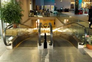 Tappeto mobile inclinato in centro commerciale