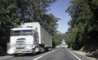 Camion che viaggia su strada