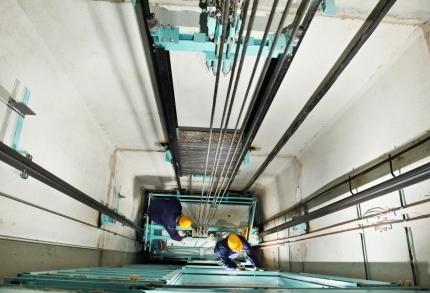 Tecnici della manutenzione ascensori al lavoro