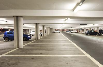 Garage sotteraneo con auto