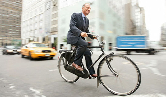 Uomo in bicicletta a New York