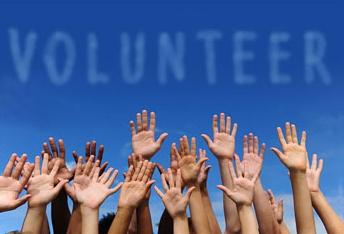 Mani sollevate di volontari