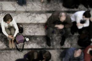 Donna isolata sulle scale