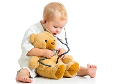 Bimbo che gioca al dottore