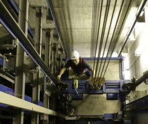 Un tecnico che esegue la manutenzione di un ascensore