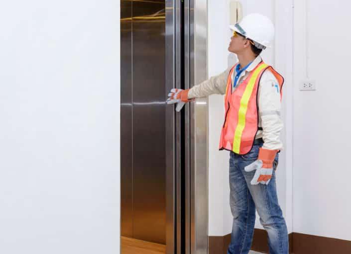 Tecnico alle prese con un ascensore