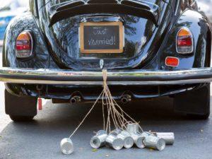 barattoli per addobbare l'auto da cerimonia degli sposi